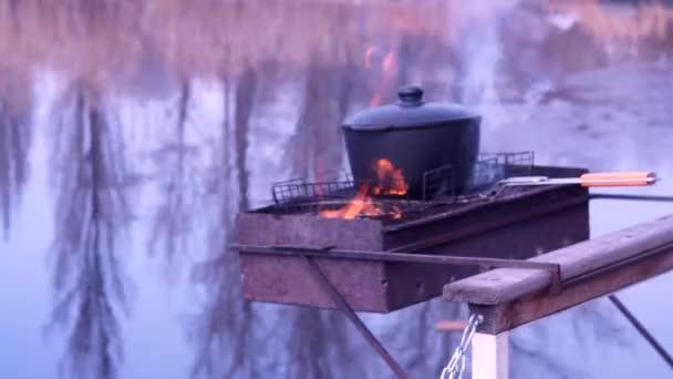 A tűz pilaf elkészítése. Leves főzés. Természet, folyó, reggel. Hidegen.