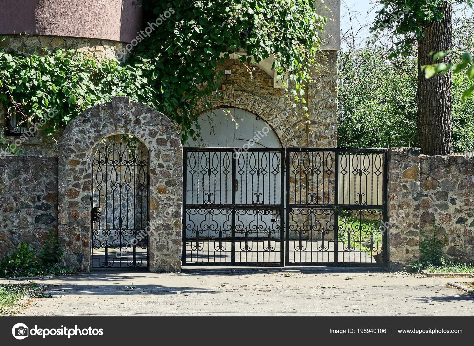 Black Iron Gates Stone Fence Street Asphalt Road — Stock