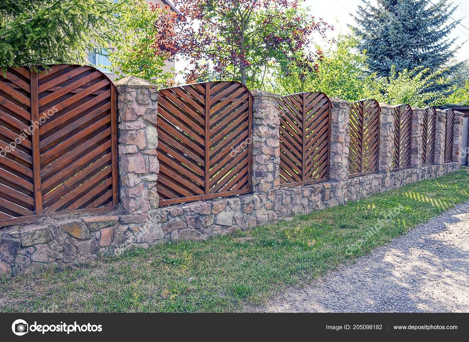 Langen Zaun Aus Holz Und Braunen Stein Auf Der Strasse Stockfoto