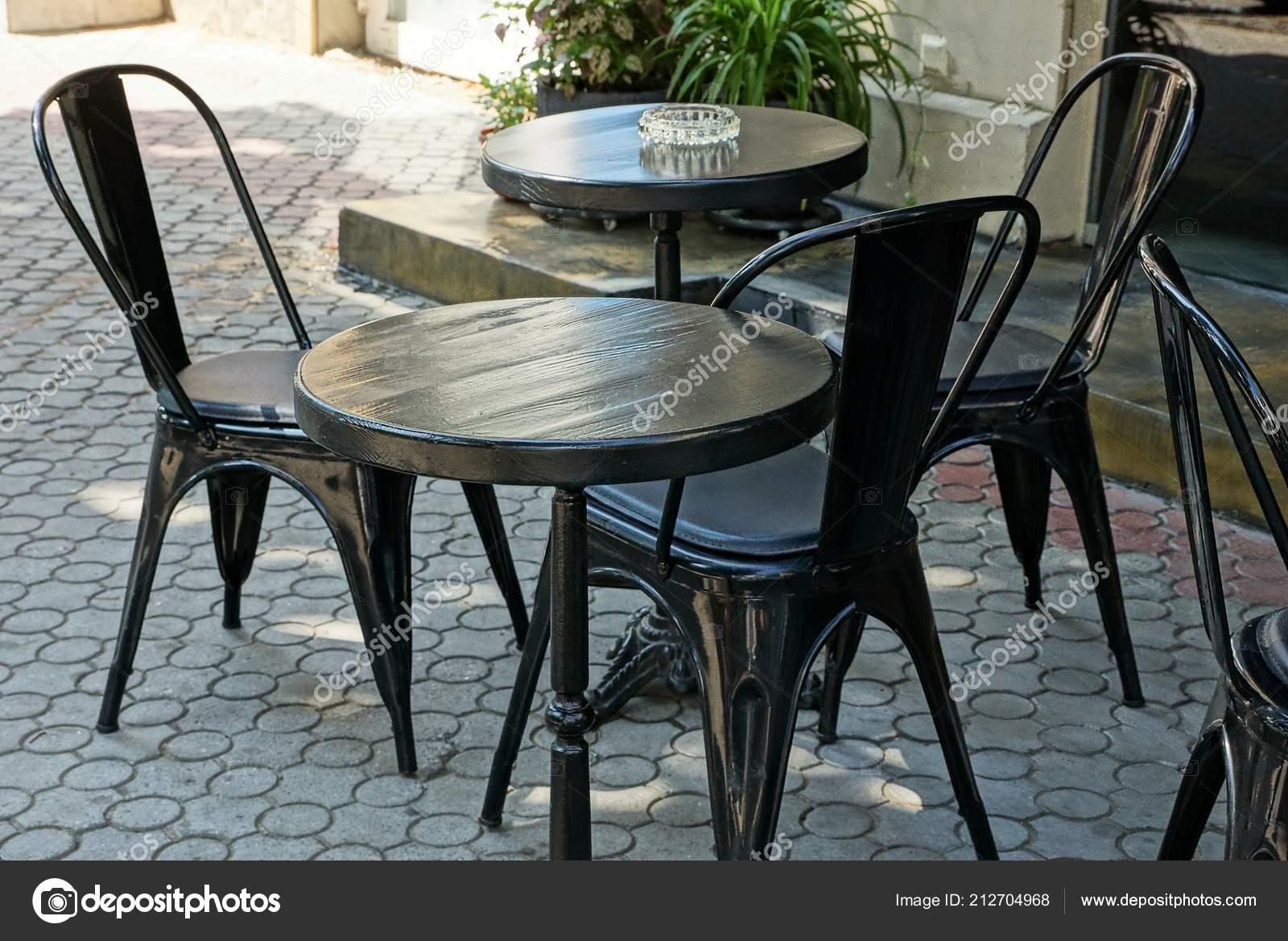 черный деревянные столы стулья тротуаре улице стоковое фото