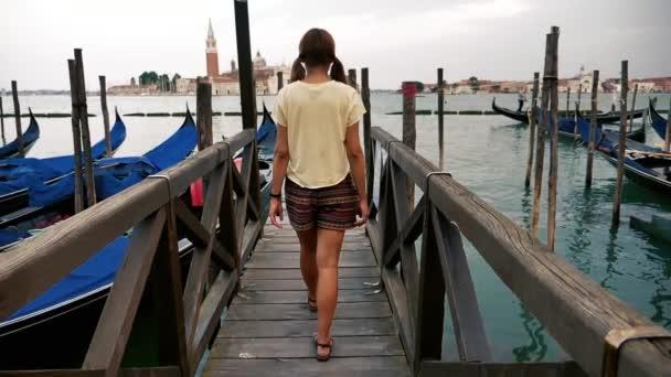Mädchen läuft in Zeitlupe auf dem Deck der Gondeln in Venedig