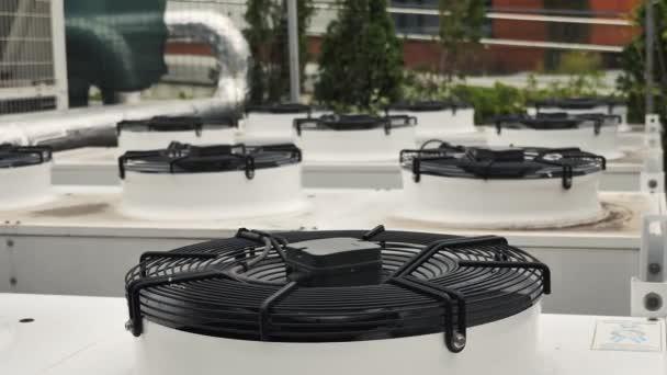 industrielle Klimageräte mit großen laufenden Ventilatoren hvac building system