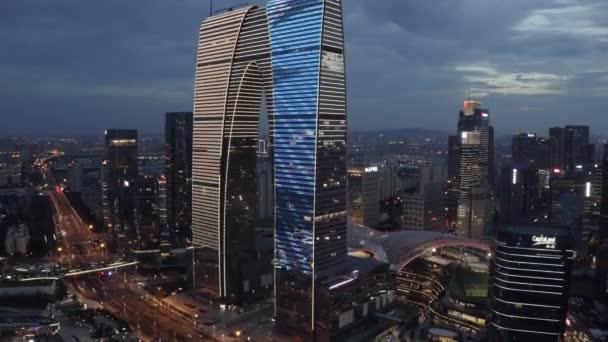 Vzdušné budovy CBD u jezera Jinji v noci v Suzhou, Čína.