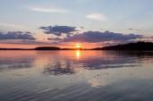 ein schöner Sonnenuntergang am ruhigen See. Finnland