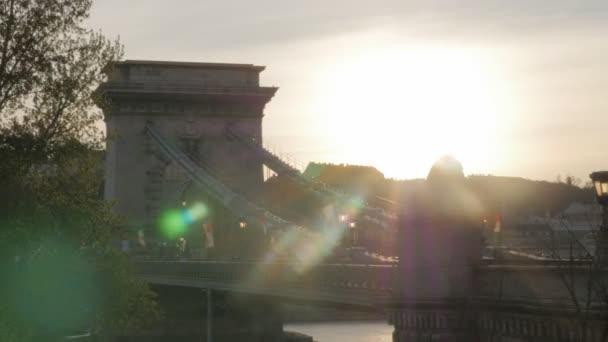 Gyönyörű Széchenyi Lánchíd Budapest, felső Duna napsütéses napon