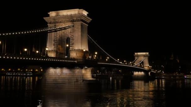 Gyönyörű Széchenyi Lánchíd Budapest, felső Duna éjjel