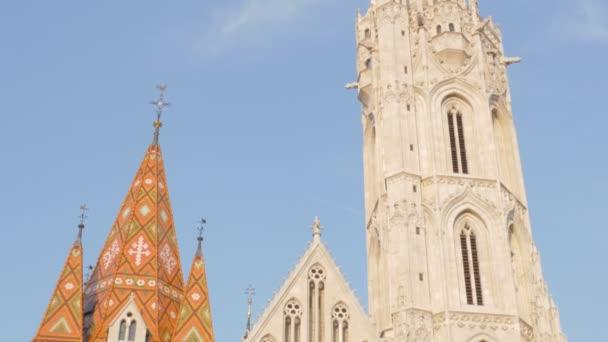 Mátyás templom a közelben, Budapest budai oldalán, a kék ég ellen