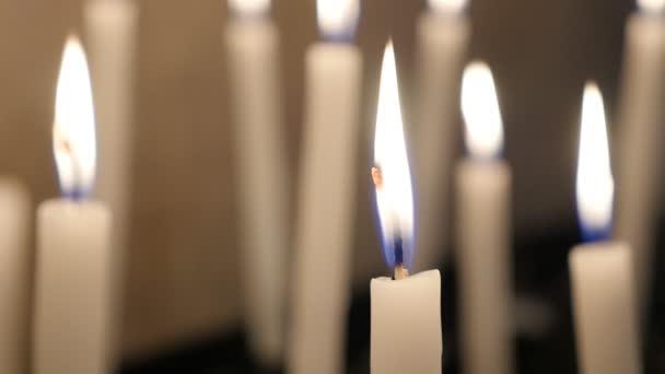 řádky z křesťanské modlitby votivní svíčky hoří pomalu v kostele v jednají často křesťanské modlitby