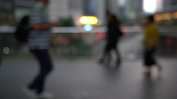 Persone sfocate che attraversano il ponte pedonale; Rallentatore