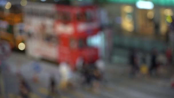 Persone sfocate sullattraversamento pedonale trafficato; Rallentatore
