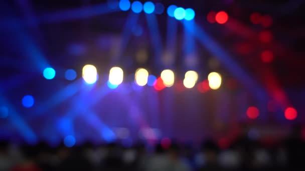 Rozostření pozadí davu lidé v živé show; abstraktní bokeh
