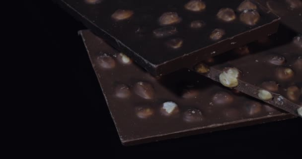 Tmavé čokoládové bloky s ořechy detaily pomalé detailní makro. Perspektiva z čokoládových tyčinek