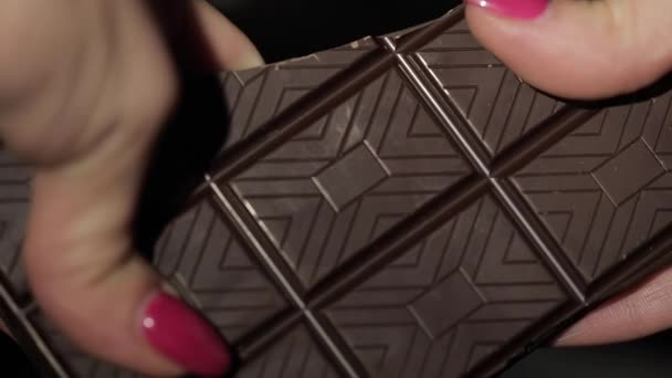 Žena konce černé čokolády. Detail. Zpomalený pohyb