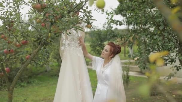 Szép és szép menyasszony az éjszakai ruháját és fátylat. Esküvői ruha. Lassított mozgás