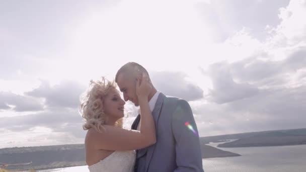Svatební pár. Krásný ženich a nevěsta. Šťastná rodina. Muž a žena v lásce