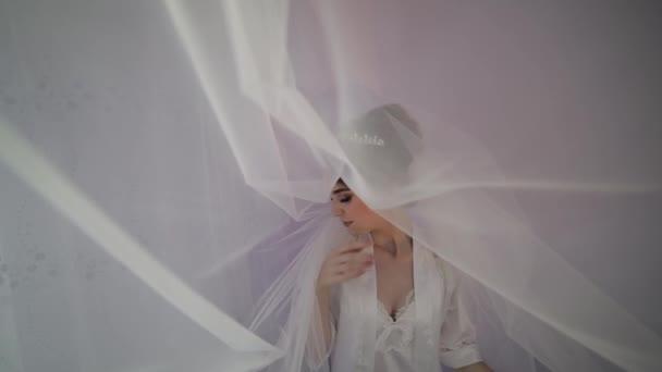 Szép és szép menyasszony az éjszakai ruháját. Esküvő reggel. Elég jól ápolt