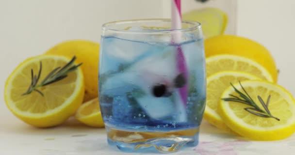 Ein kaltes Getränk im Trinkglas umrühren. Erfrischender Soda Blue Cocktail