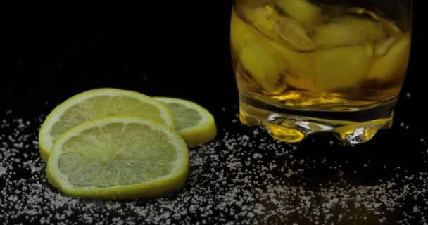 Whiskey jégkockával az ivópoharban. Fekete háttér. Egy pohár rum-alkohol