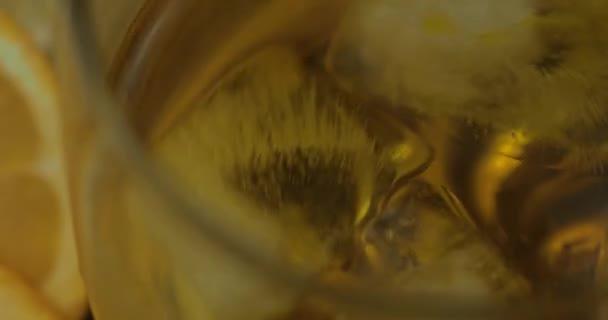 Whiskey jégkockával az ivópoharban. Egy pohár rum-alkohol