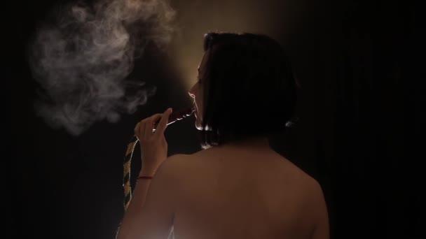 Szép, meztelen nő dohányzás vízipipa. Vonzó lány dohányzás ízesített dohány