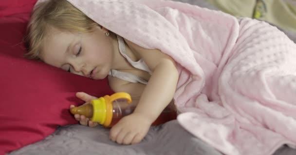 Nettes Baby schlafen auf dem Bett zu Hause. Kleines Mädchen schläft im Morgenlicht