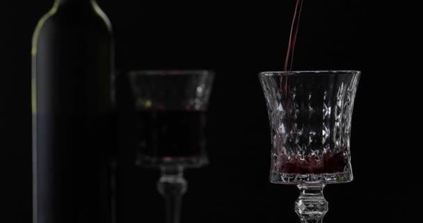 Rose bort. Fekete hátterű borpohár, vörösbor. Sziluett