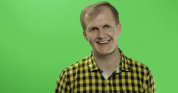 Pohledný Kavkazský muž vlny a zasalení na zelenou obrazovku Chroma klíčem