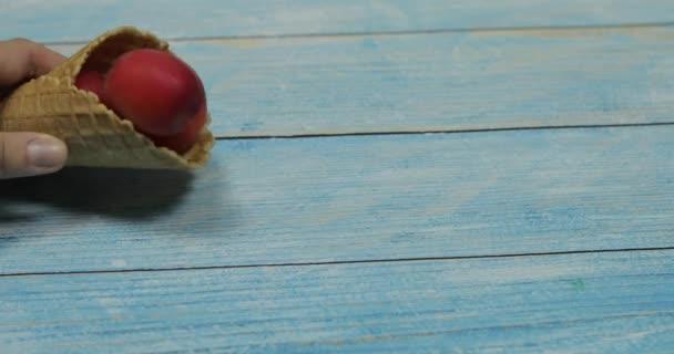 Ovocná sezóna. Ovocná zmrzlina. Meruňka v vaflle na modrém dřevěném pozadí