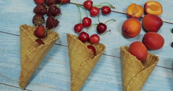 Bobule a ovocná zmrzlina. Borůvka, jahoda, třešňový, meruňkový v vaflí