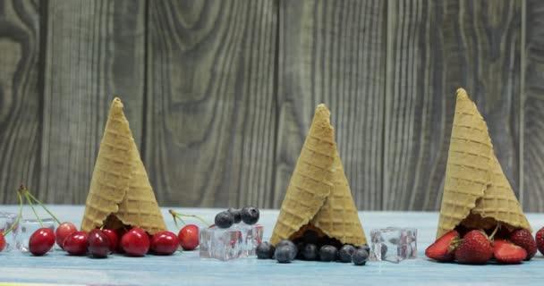 Bobule a ovocná zmrzlina. Borůvka, jahoda, třešeň v Vaflové kužele