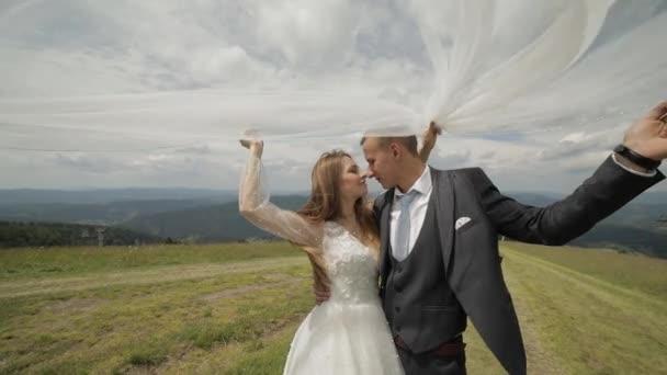 Ženich s nevěstou se baví na horských kopcích. Svatební pár. Šťastná rodina