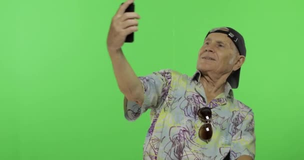 Senior férfi turista, hogy egy fénykép-ra egy smartphone. A a. Jóképű öregember