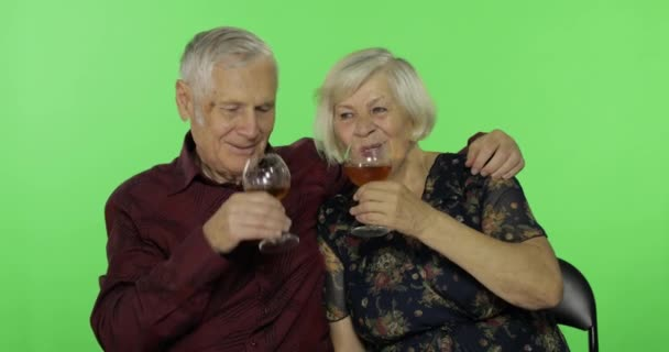 Senior idős ember iszik fehér bort egy idős asszony társa chroma kulcs