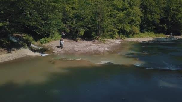 Extrémní motocyklista se blíží k řece. Motocross. Motosport.
