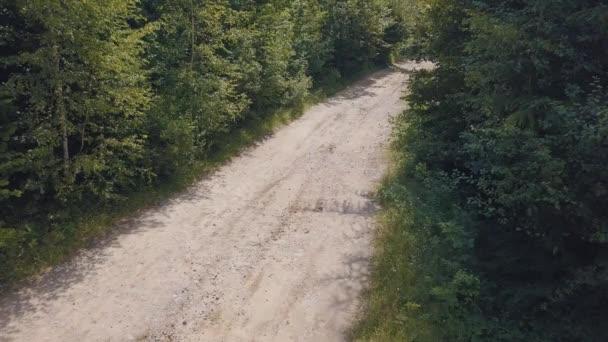 Na silnici v lese jezdí extrémní motocyklky. Motocross. Motosport.