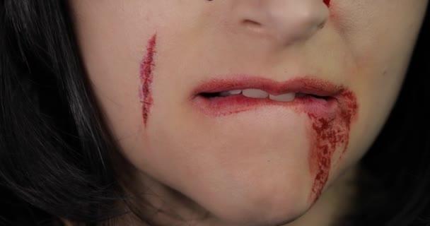 Vampir Halloween Frau Porträt. Vampir-Mädchen mit tropfendem Blut in der Nähe ihrer Lippen