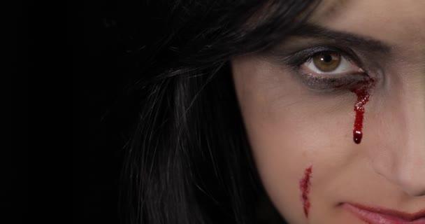 Vampir-Halloween-Frauenporträt. Vampirmädchen mit tropfendem Blut in der Nähe der Augen