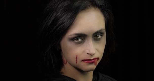 Vampir-Halloween-Make-up. Frauenporträt mit Blut im Gesicht.