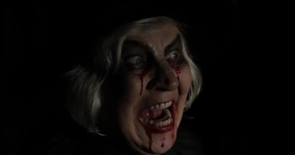 alte Hexe halloween Make-up. Porträt einer älteren Frau mit Blut im Gesicht.
