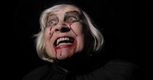 Stará čarodějka Halloweenská make-up. Stará ženská portrét s krví na obličeji.