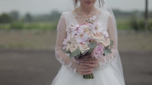 Svatební kytice v rukou nevěsty. Svatební den. Angažmá