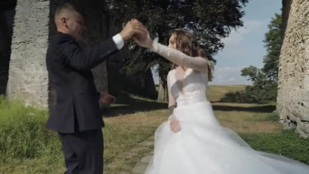 Kaukasischer Bräutigam mit Braut im Park. Hochzeitspaar. glückliche Familie. Frischvermählte