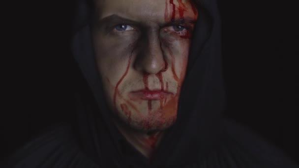 Muž kat Halloween make-up a kostým. Chlápek s krví na tváři