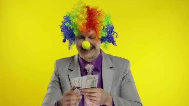 Bohóc üzletember vállalkozó főnök parókában dob pénzt bankjegyek dollár készpénz