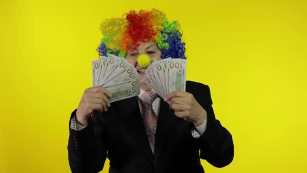 Idős bohóc üzletasszony szabadúszó főnök, aki pénzzel táncol készpénz bankjegyekkel