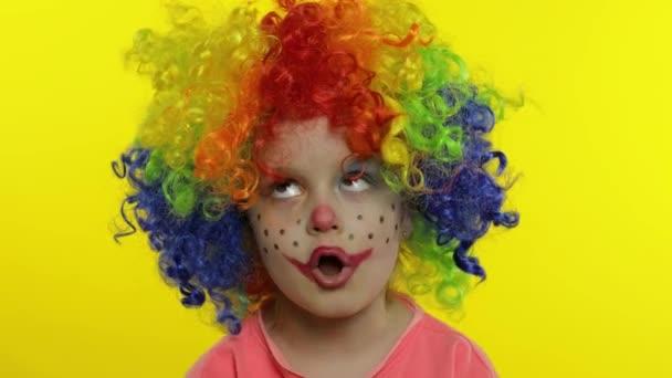 Egy parókás gyerekbohóc, aki buta arcokat vág. Hülyéskedsz, énekelsz, mutatod a nyelved. Halloweeni