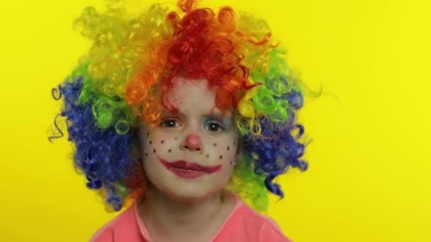 A szivárvány parókás kislány bohóc mond valami érdekeset. Szórakozom, mosolygok. Halloweeni