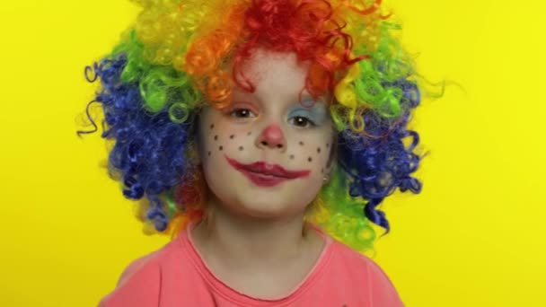 Egy kislány bohóc színes parókában mond valami érdekeset. Szórakozom, mosolygok. Halloweeni