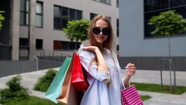 Studentka s nákupními taškami. Dobrý Černý pátek dovolená slevy, nízké ceny nákupy