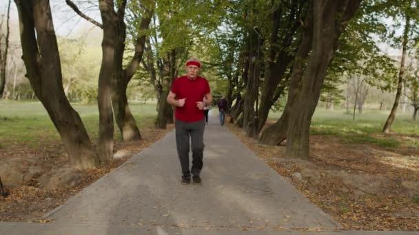 Senior alter Mann läuft im Park und nutzt Smart Watch, Tracking-Ergebnis beim Fitnesstraining